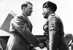 Adolf Hitler, da Alemanha e Benito Mussolini, da Itália, cumprimentam-se  no aeroporto de Veneza, Itália, em 14 de junho de 1934.