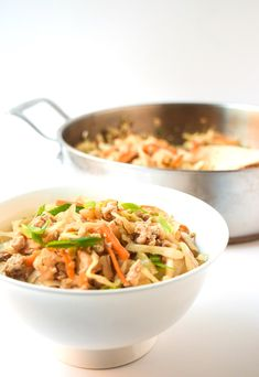 15 Minute Egg Roll Bowls - a simple and fast one pot meal with awesome egg roll flavor but healthier! Paleo gluten and dairy free. Healthy Low Calorie Dinner, Low Calorie Dinners, Low Calorie Recipes, Healthy Eating, Clean Eating, Wine Recipes, Paleo Recipes, Cooking Recipes, Low Cal Dinner