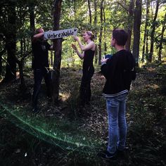 Preps for the wedding with beautiful signs the couple made themselfs. Getting help from @wimiblom and @daniel__blom #allafulgråter #julesochlinda2016 #wedding #HKf #ig_nature #outsidewedding #ig_sweden #stockholm Kijk voor meer info op www.heleenklop.nl