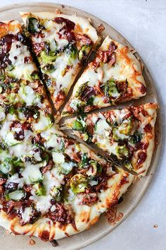 A recipe for homemade pizza topped with slow cooker barbecue pulled pork, crispy brussels sprout leaves, mozzarella and fontina cheese. Neapolitanische Pizza, Flatbread Pizza, Good Pizza, Pizza Party, Pizza Calzones, Fancy Pizza, Pizza Cheese, Pizza Recipes, Pork Recipes