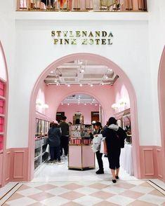韓國網拍大牌 Stylenanda Pink Hotel 5 層樓粉紅飯店開張啦!根本少女的購物天堂呀!   Dappei Stylenanda Pink Hotel, Seoul, Hotel Concept, Champagne Bar, Cosmetic Shop, Makeup Store, Cafe Shop, Contemporary Interior Design, Kids Store
