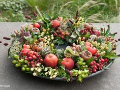 Herfst decoratie schaal You are in the right place about baskets decor nursery Here we offer you the most beautiful pictures about the bamboo baskets decor you are looking for. Seasonal Decor, Fall Decor, Flower Decorations, Christmas Decorations, Green Wreath, Deco Floral, Basket Decoration, Fresh Green, Fall Flowers