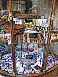 ¿Qué tal un dulce de VIOLETA? Como los de La Violeta de Madrid, no hay ninguno, y están desde 1915...