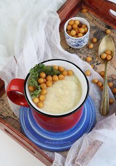 Kremowa zupa z pietruszki z dodatkiem śmietanki, groszku ptysiowego lub drobnych grzanek. Jak zrobić zupę krem? Zupa pietruszkowa.
