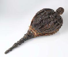 Anonymous | Blaasbalg met de werkplaats van Vulcanus, Anonymous, c. 1500 - c. 1600 | Blaasbalg van notenhout. Het bovenblad, in reliëf gebeeldhouwd, vertoont de Werkplaats van Vulcanus, met ondermeer Vulcanus, Venus, Amor, een geharnaste ridder en een oude man; aan weerszijden voluten met draperie. Het handvat is met een gestoken masker versierd. Het achterblad vertoont in reliëf een masker, door C-voluten omgeven. Het handvat heeft een palmet met ijzeren ring. De koperen blaaspijp is geleed…