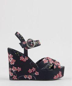 Sandália feminina feita em tecido resistente. O modelo tem estampa floral de fundo escuro. O fechamento é feito por fivela. O salto plataforma é alto.   Altura do Salto: 12,5 cm