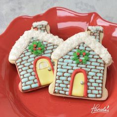Cute Little Christmas House Cookies Full video tutorial can be found in the Christmas Playlist on my you tube channel Haniela's. Link to my channel is in my profile . #hanielas #cookiedecorating #cookieart #foodart #christmascookies #decoratedcookies #honeycookies #christmas