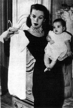 Judy Garland  with baby Liza Minnelli, 1946. Description from pinterest.com. I searched for this on bing.com/images Golden Age Of Hollywood, Vintage Hollywood, Classic Hollywood, Celebrities Before And After, Celebrities Then And Now, Liza Minnelli, Old Movie Stars, People Of Interest, Celebrity Kids