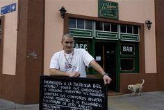 Marketing casero en Parque Patricios  Con ingeniosos carteles, un bar de 1930 se hace popular
