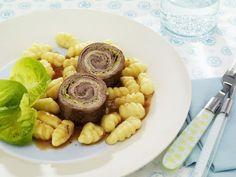 Rinderrouladen mit kleinen Kartoffelnocken ist ein Rezept mit frischen Zutaten aus der Kategorie Rind. Probieren Sie dieses und weitere Rezepte von EAT SMARTER!