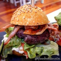 Rainbow Burger – Food Valencia Burger Food, Burger Recipes, Valencia, Hamburger, Rainbow, Ethnic Recipes, Rain Bow, Rainbows