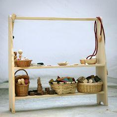 Caballete hecho de madera maciza de pino. Tiene dos baldas y sirve como base de cocina, tienda, teatrillo, separador etc. Medidas 100x100x25 cm.