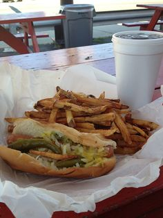Chicago hot dogs: reason enough to travel Chicago Hot Dog, Chicago Style, Burger Dogs, Burgers And More, Everyday Food, French Fries, Street Food, Jet Set, Chefs