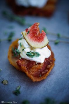 Bacon chip with goat cheese and fig - aperitivos - Greek Recipes Greek Recipes, Egg Recipes, Appetizer Recipes, Snack Recipes, Snacks, Easter Recipes, Recipes Dinner, Healthy Spring Rolls, Bacon Chips