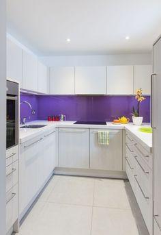 weiße kleine küche ideen lila glas spritzschutz