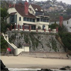 Bette Davis´s House in Laguna Beach, California Hollywood Homes, Old Hollywood Glam, Classic Hollywood, Hollywood Stars, Celebrity Mansions, Celebrity Houses, Beautiful Homes, Beautiful Places, American Mansions