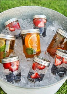 Sun tea is the best! Summertime Sun Tea in Mason Jars - cute for a summer party Picnic Foods, Picnic Snacks, Food For Picnic, The Picnic, Beach Picnic Recipes, Healthy Picnic Recipes, Grilling Recipes, Cooking Recipes, Paleo Picnic