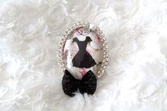 Grosse bague cabochon en verre loupe motif petite robe noire : Bague par tom-fimo-creations
