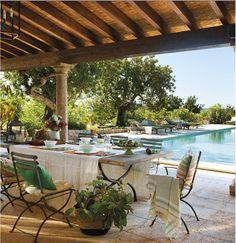 piscine de luxe avec mur végétalisé et végétation opulente ...