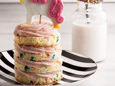 Unicorn cake tarifi: Unicorn cake nasıl yapılır? | Lezzet Easy Unicorn Cake, Sponge Cake Recipes, Gel Food Coloring, Pastry Cake, Food Cakes, Piece Of Cakes, Serving Plates, Cheesecake Recipes, Cake Art
