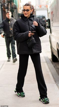 Happy days: Bella Hadid struggled to hide her smile when she returned back to her NYC apar. Bella Hadid struggled to hide her smile when she returned back to her NYC apartment on Thursday after running errands. Bella Hadid Outfits, Bella Hadid Style, Mango Fashion, Look Fashion, Winter Fashion, Nyc Fashion, Neon Outfits, Fashion Outfits, Fashion Capsule