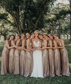 19 Bride Tribe Photos You Can't Miss Out on for Your Wedding.- 19 Bride Tribe Photos You Can't Miss Out on for Your Wedding Day 19 Bride Tribe Photos You Can't Miss Out on for Your Wedding Day - Wedding Picture Poses, Wedding Poses, Wedding Photoshoot, Wedding Pictures, Party Fotos, Brides And Bridesmaids, Rose Gold Bridesmaid Dresses, Wedding Dresses, Tulle Wedding
