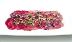 Carpaccio de atún con mahonesa de trufa y jugo de remolacha