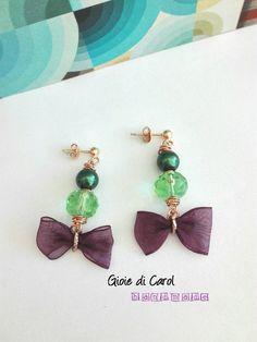 Orecchini pendenti con perle e verdi e fiocco viola, con perno in argento 925…