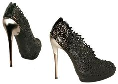 Black lace, a small platform and a high gold stud, a little defended at the back... Salvatore Ferragamo