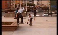 Vídeo com Imagens e manobras captadas durante o trabalho e lazer dos skatistas na Praça Roosevelt em São Paulo.