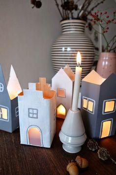 Sankt Martin kommt mit großen Schritten, und mit ihm die Laternen-Lichter-Bastelei. Wie immer stellen wir unsere Milchtütenhäuser auf, die ...