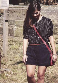 The polka dot shirt, the navy short, the red bag, I love it all! Clara I want your wardrobe!