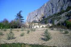 Lioux - village au pied des falaises