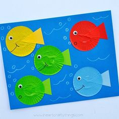 One Fish Two Fish Red Fish Blue Fish Dr. Seuss Craft Simple cupcake liner fish craft to go with Dr. Seuss' book One Fish Two Fish Red Fish Blue Fish. Great for Dr. Seuss' Birthday or Read Across America Day. Preschool Projects, Daycare Crafts, Classroom Crafts, Preschool Art, Crafts For Kids, Art Projects, Easy Preschool Crafts, Easy Toddler Crafts, Cupcake Liner Crafts