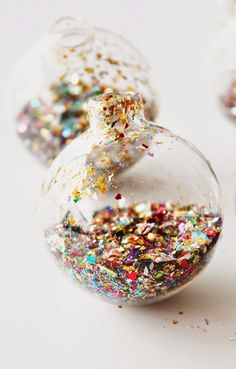 Another extreeeemely easy DIY christmas ornament. Seriously, this doesn't need any explanation. Just go to your local craft store, get some crystal clear balls and fill them with glitter dust. That easy, yet so pretty 😉