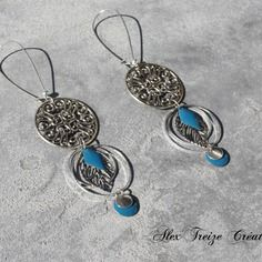 Bijou créateur - boucles d'oreilles dormeuses argentées antiques estampes breloques sequins émaillés bleu canard et feuilles filigranées