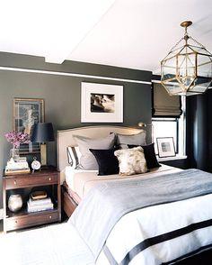 Sypialnia. Ciemne kolory I pas nad lozkiem