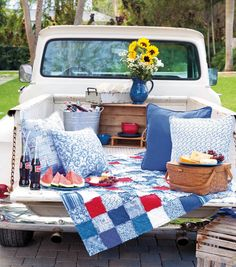 Make a Picnic Quilt Utilizing This Free Summer time Picnic Quilt Sample Picnic Quilt, Picnic Blanket, Outdoor Blanket, Truck Bed Date, Truck Bed Camping, Romantic Picnics, Romantic Dinners, Picnic Time, Picnic Parties