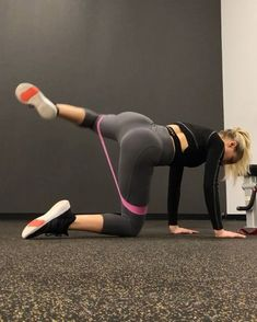 Many of you ladies have asked to see more booty based exercises using mini bands! So I managed to drag my butt to the gym for ya ♀️ .…