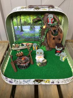 A very detailed and unique suitcase diorama to showcase The extremely collectable and rare Treefellow Family. 1980's . Neatly designed to fit inside a wild flower decorated Sass and Belle medium suitcase. Perfect for displaying your collection of Sylvanian Families Treefellow