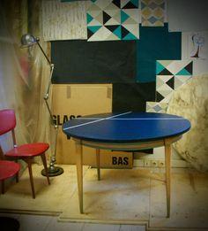 """Très belle table de salle à manger de style scandinave, similaire à la table danoise de l'éditeur Skovmand & Andersen, datée années 60. Elle possède une rallonge centrale (totalement remise en état) incorporée du type papillon (GAIN DE PLACE) permettant de passer de 4 à 6 voire 8 personnes (dimensions ouverte : 157 cm de long par 115 cm de large) et pieds fuseau Elle est ENTIÈREMENT décapée, poncée, peinte et vernie (peinture et vernis """"écolabel"""" à atelier K…"""