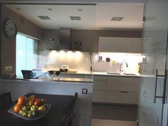 Reforma cocina en Martorelles A&D. Muebles de cocina Santos modelo Minos Blanco brillo, silestone blanco Zeus. RENOVA INTERIORS https://www.facebook.com/pages/Renova-Interiors/509602039094184
