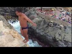 Clavadista temerario en la Quebrada, en Acapulco - YouTube