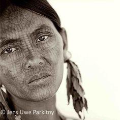 les visages tatoués des femmes Chin en Birmanie Berber Tattoo, Ethnic Tattoo, Tattoo Tribal, Reine Victoria, Geometric Symbols, Portraits, Tattoos For Women, Woman Tattoos, Symbolic Tattoos