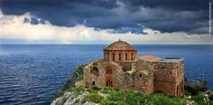 Η Αγία Σοφία της Μονεμβασιάς: Η εκκλησία που χτίστηκε στο χείλος του γκρεμού και μοιάζει με την Αγία Σοφία της Κωνσταντινούπολης