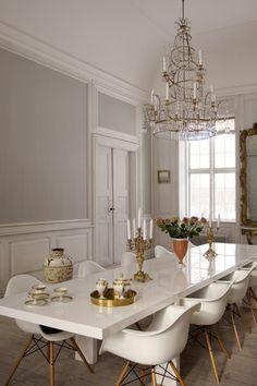 barroco + minimal...el chic blanco moderno + dorado antiguo ...las patas de madera, el tono azul cálido de las paredes...y las velas de cera...sí, créeme... ayudan a contrarrestar el aspecto frío de la mesa, las sillas de plástico y la lámpara de cristal...me temo que además esas piezas antiguas no son heredadas...son adquiridas...y con acierto