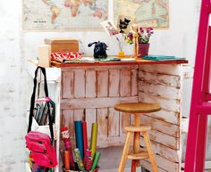 Art Symphony: Old palletes recycling Palette Furniture, Diy Furniture, Writers Desk, Pallet Desk, Recycling, Pallet Creations, Recycled Pallets, Diy Pallet Projects, Deco Table