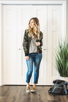 How to Find the Perfect Pair of Jeans — Adrianna Bohrer / Casual spring outfits / casual winter outfits / stay at home mom outfits / minimal chic style outfits / minimal chic winter / minimal chic spr Outfit Jeans, Shirt Outfit, Tee Shirt, Casual Winter Outfits, Outfit Winter, Spring Outfits, Sneaker Outfits, Leopard Shoes Outfit, Mom Outfits