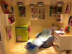 American Girl Salon Creative way to make your doll salon look like an actual salon. Shelves are drawers of an old jewelry box. Barbie Dolls Diy, Ag Dolls, Diy Doll, Girl Dolls, American Girl House, American Girls, Girl Salon, Ag Doll Crafts, Old Jewelry
