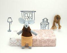 Miniature brown gray felt mouse in a matchbox by atelierpompadour